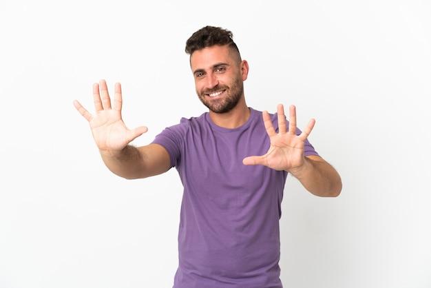 Homem caucasiano isolado no fundo branco contando dez com os dedos