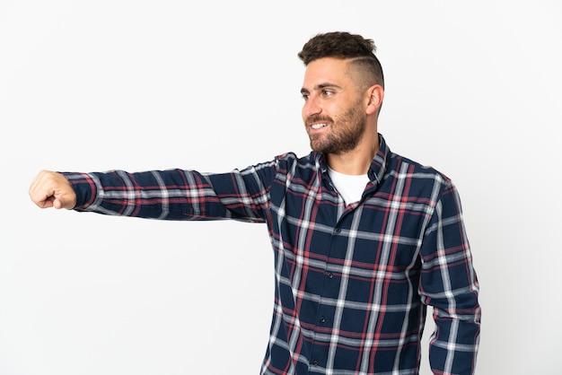 Homem caucasiano isolado no fundo branco fazendo um gesto de polegar para cima