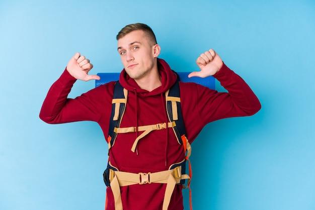 Homem caucasiano jovem viajante se sente orgulhoso e auto-confiante, exemplo a seguir.