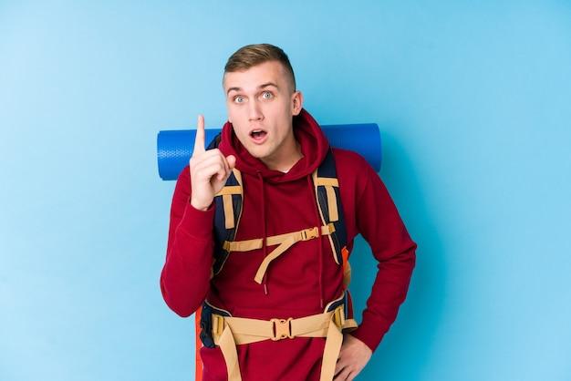 Homem caucasiano jovem viajante tendo uma ideia