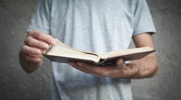 Homem caucasiano lendo a bíblia. religião