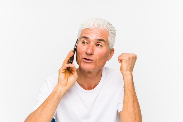 Homem caucasiano maduro, falando no telefone