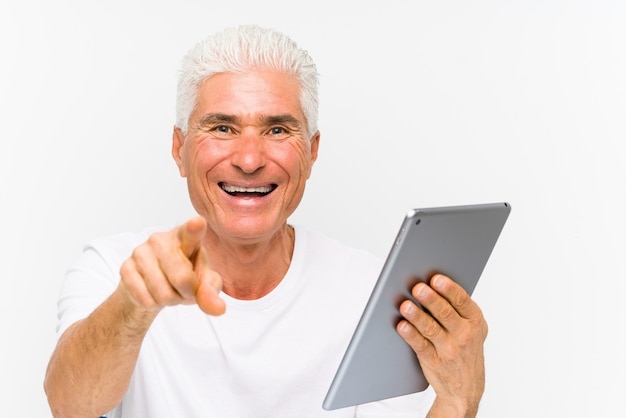 Homem caucasiano maduro, segurando um tablet