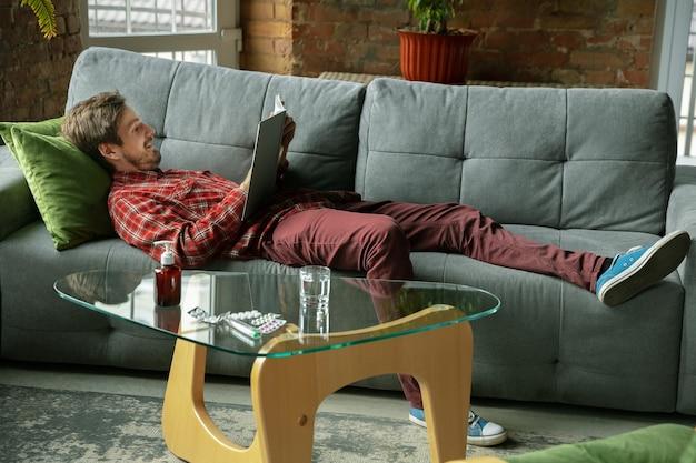 Homem caucasiano que fica em casa durante a quarentena por causa da disseminação do coronavírus