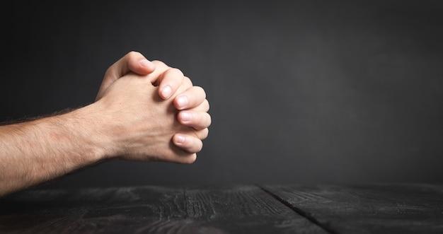 Homem caucasiano rezando no quarto escuro