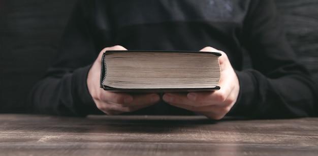 Homem caucasiano segurando a bíblia. religião