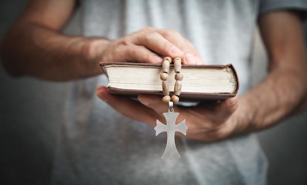 Homem caucasiano segurando a bíblia