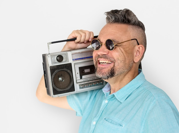 Homem caucasiano, segurando, jukebox, sorrizo