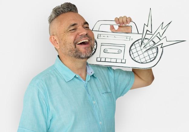 Homem caucasiano, segurando, papel, trabalhado, jukebox