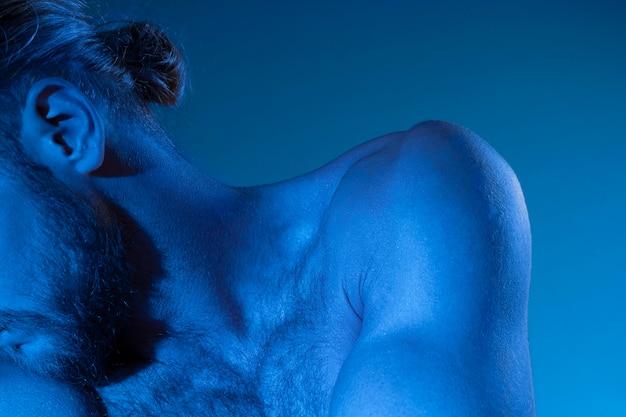 Homem caucasiano sem camisa em tons de azul