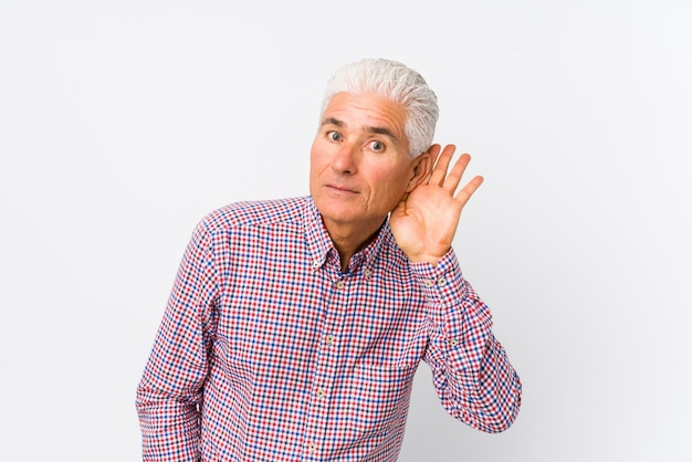Homem caucasiano sênior isolado tentando ouvir uma fofoca.