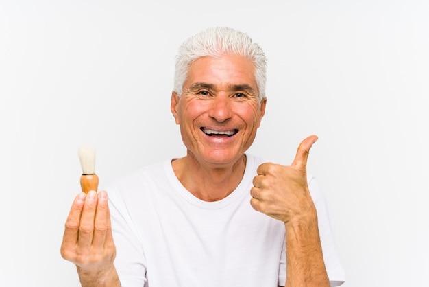 Homem caucasiano sênior raspou recentemente sorrindo e levantando o polegar