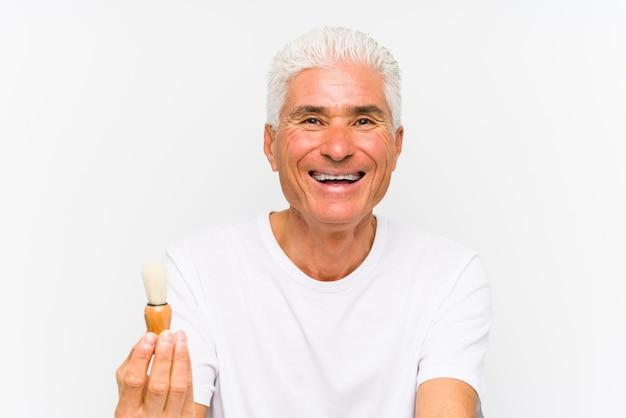 Homem caucasiano sênior, recentemente barbeado feliz, sorridente e alegre