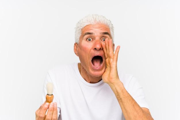 Homem caucasiano sênior recentemente raspou gritando animado para a frente.