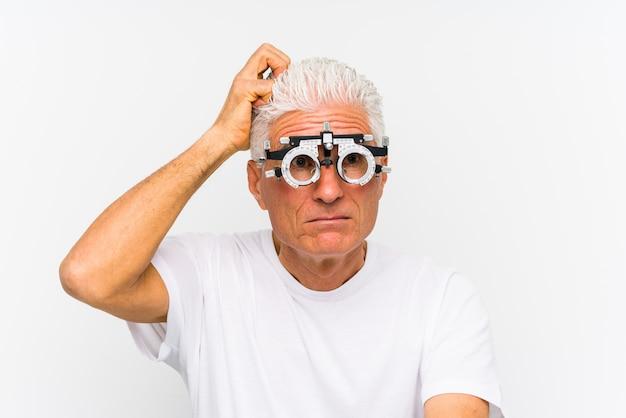 Homem caucasiano sênior, vestindo um quadro de julgamento optometrista sendo chocado, ela lembrou-se de uma reunião importante.