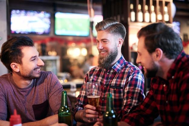 Homem chama a atenção de seus amigos