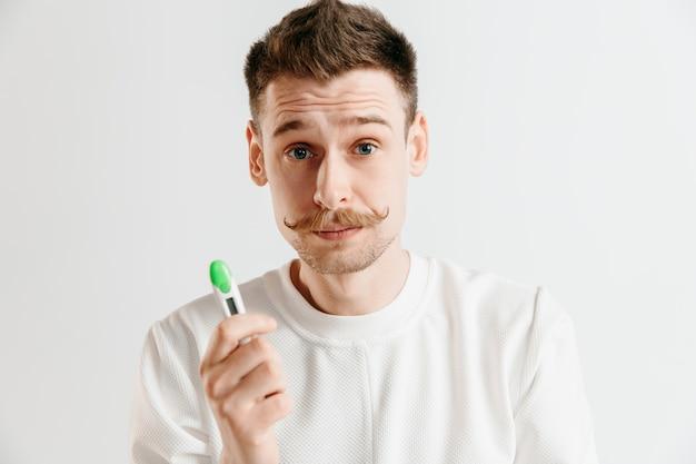Homem chateado procurando fazer teste de gravidez
