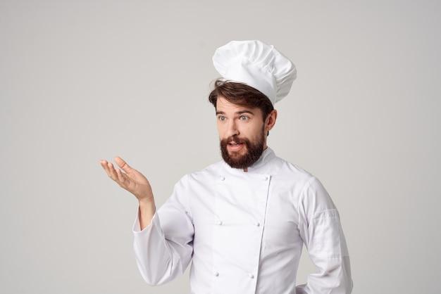 Homem chef uniforme cozinhando emoções fundo isolado gourmet