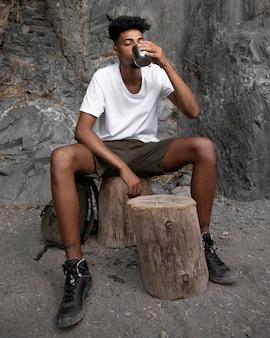 Homem cheio de água bebendo água