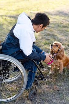 Homem cheio de tiro com cachorro ao ar livre