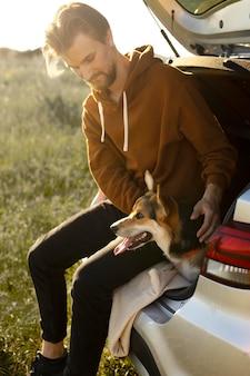 Homem cheio de tiro com cachorro fofo