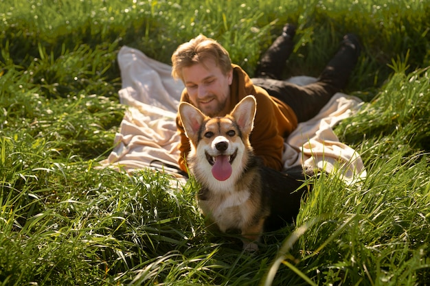 Homem cheio de tiro com cachorro na natureza