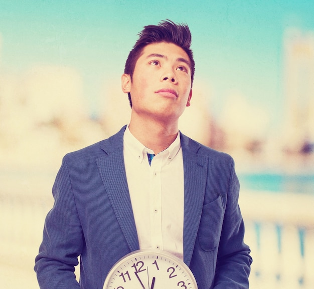 Homem chinês com o relógio