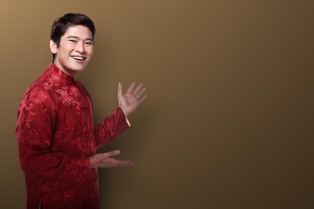 Homem chinês, em, cheongsam, paleto