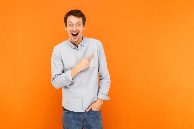 Homem chocado apontando o dedo para o espaço da cópia