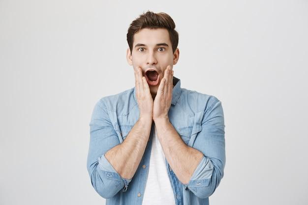 Homem chocado com notícias incríveis