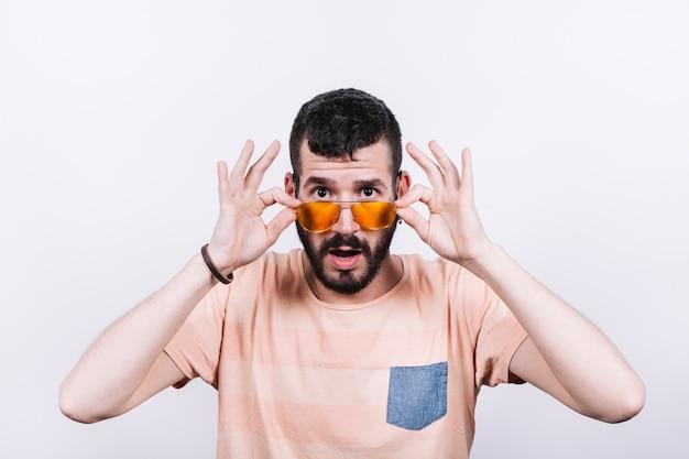 Homem chocado em óculos de sol