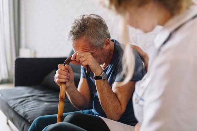 Homem chorando no lar de idosos