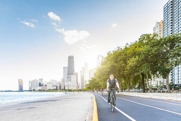 Homem, ciclismo, em, chicago, com, cidade