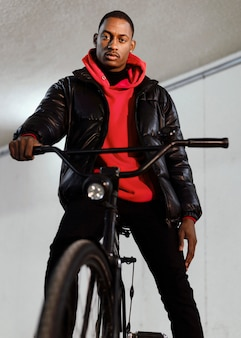 Homem ciclista passando um tempo com sua bicicleta