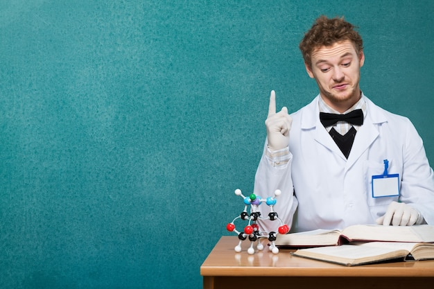 Homem cientista com líquido colorido em seu laboratório