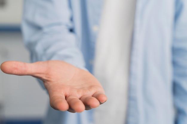 Homem cientista mostrando a palma da mão