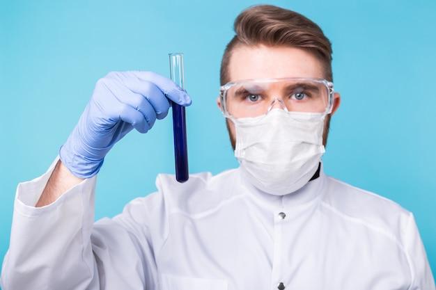 Homem cientista segurando tubo de ensaio