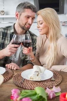 Homem, clanging, óculos, com, mulher, tabela, com, flores, e, pratos