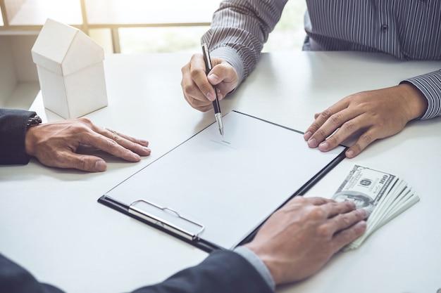 Homem, cliente, assinando, comprando, lar, política, documento, acordo, sucedido, empréstimo, contrato