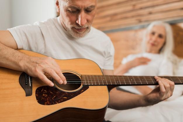Homem close-up, cantando, em, quitar
