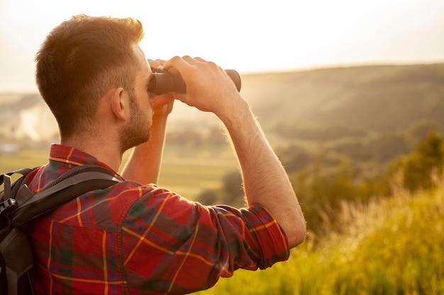 Homem close-up com binóculo