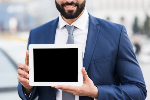 Homem close-up com tablet