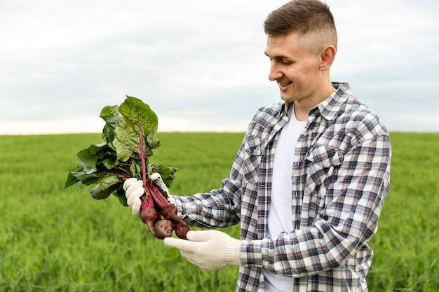 Homem close-up com vegetais