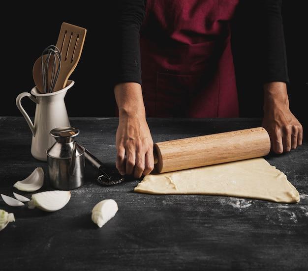 Homem close-up, cozinhando pizza