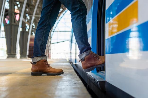 Homem close-up, entrando, metro