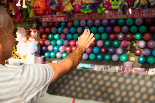 Homem close-up estourando balões