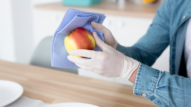 Homem close-up, limpeza, fruta