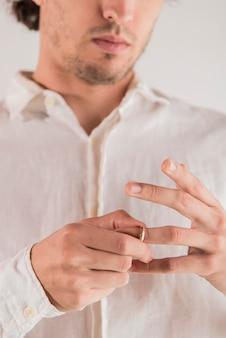 Homem close-up, puxando, anel