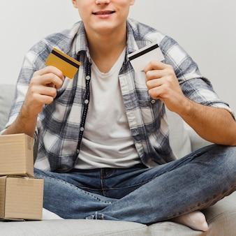 Homem close-up, segurando, cartões crédito