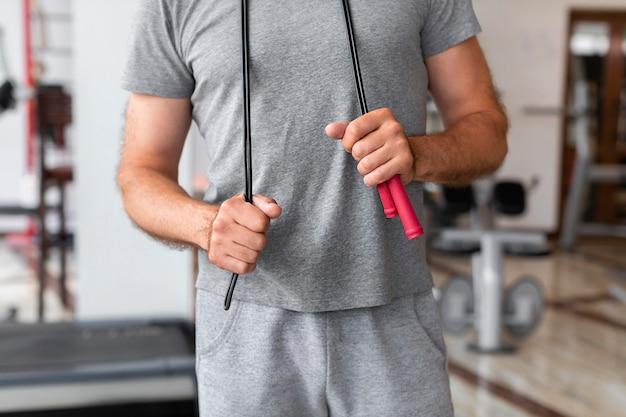 Homem close-up, segurando, pular corda